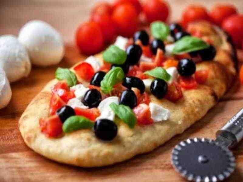 Focaccia mit frischen Tomaten, Oliven und Zwiebeln Rezept