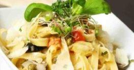 Linguine mit Gorgonzola und Zucchinistreifen