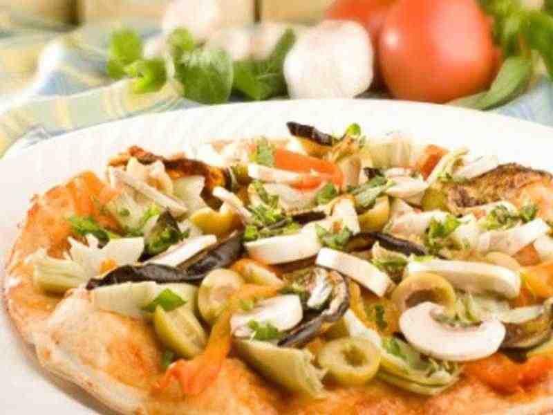 Pizza Siciliana mit Auberginen, Kapern und Oliven Rezept