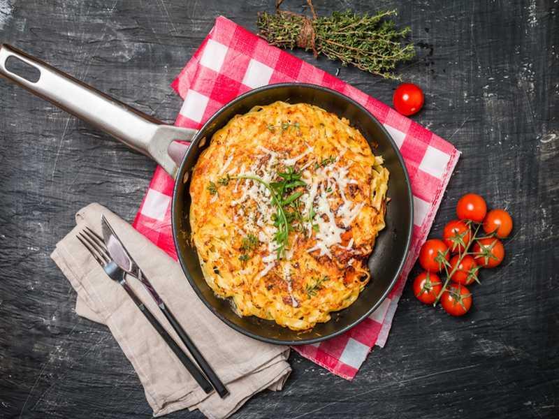 Nudelauflauf mit Ei, Schinken und Käse überbacken